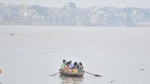 वाराणसी जिला अधिकारी के आदेश के बावजूद गंगा नदी में नांव तैरती नजर आ रही हैं.