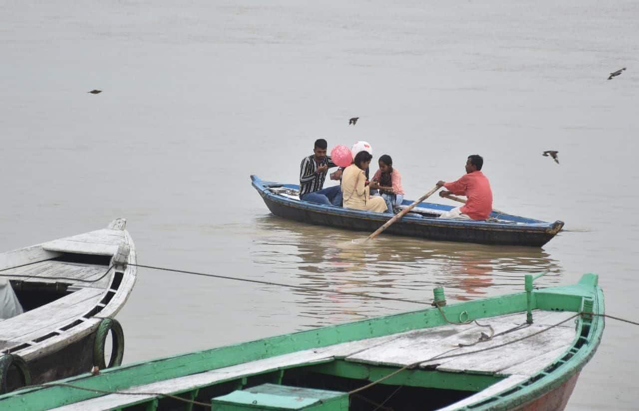 गंगा के बढ़े जलस्तर में लोग नावों पर सवार होकर सेलिब्रेट करते हुए दिखे.
