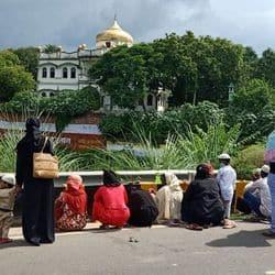 कर्बला के सामने रोड से अंदर इमाम हुसैन के रौजे को मन में तसव्वुर करते हुए फतेहा कर दुआएं मांगी गई.