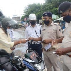 पटना में कोरोना अनलॉक के बीच लॉकडाउन भी चल रहा है. पटना डीएम के आदेश पर पुलिस ने शहर के अलग-अलग इलाकों में कार, बाइक और पैदल चल रहे लोगों के मास्क पहनने की चेकिंग का अभियान चलाया.