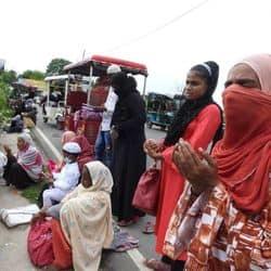 कोविड की वजह से कर्बला के बाहर दुआएं मांनगी महिलाएं.