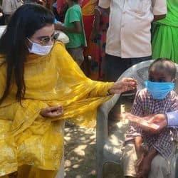 वैशाली जिले के निवासी रामाशीष मांझी का निधन हो गया जिसके कारण 7 वर्षीय पुत्र अनाथ हो गया था. अक्षरा सिंह को इसकी जानकारी मिली तो उन्होनें बच्चे की पढ़ाई का खर्च उठाने का फैसला लिया.