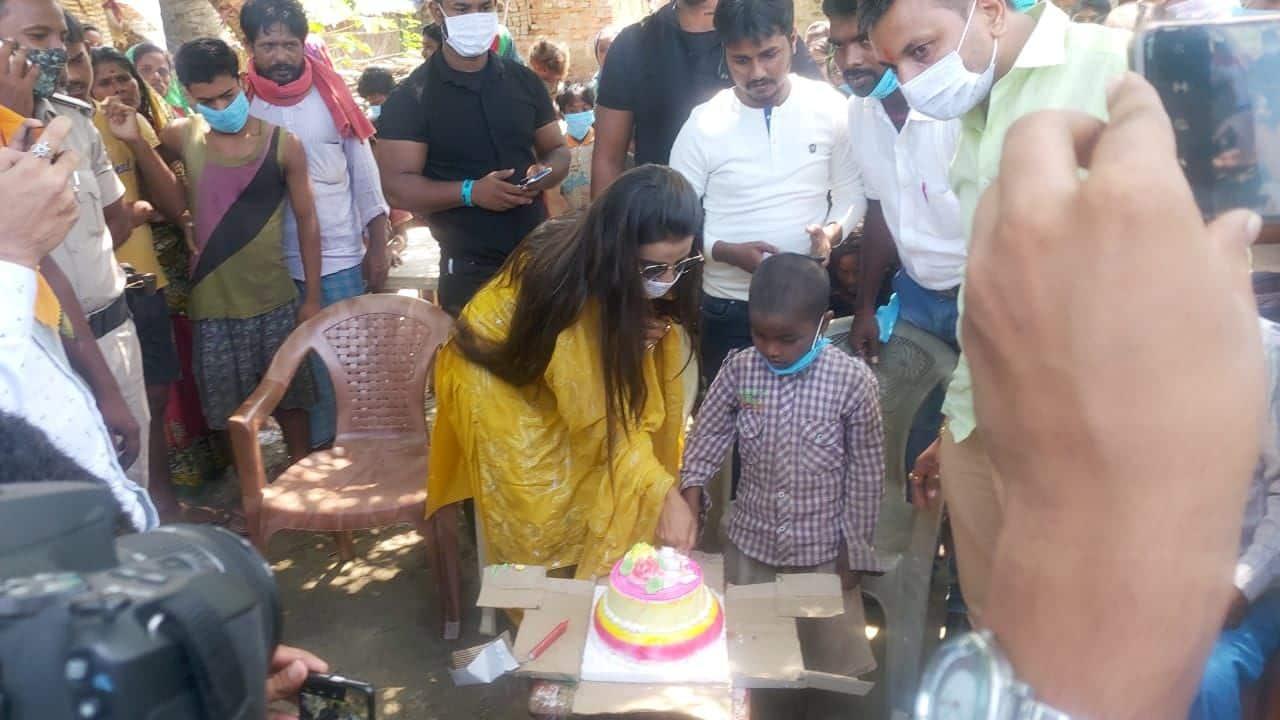 वैशाली के जिले के बिरना लखन सेन गांव में एक अनाथ बच्चे की पढ़ाई-लिखाई की जिम्मेदारी उठाकर भोजपुरी अदाकारा ने अपना जन्मदिन मनाया.