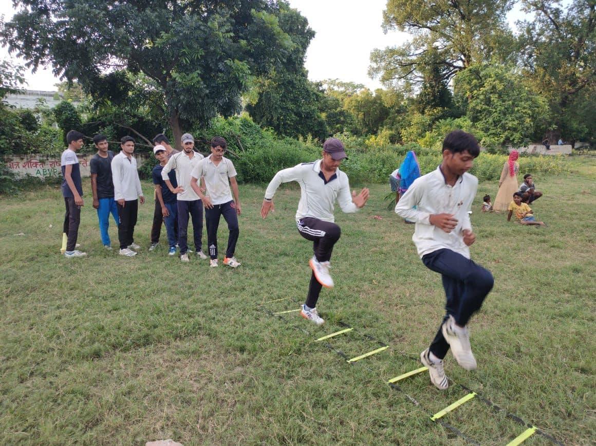 मुजफ्फरपुर के एल.एस कॉलेज ग्राउंड में क्रिकेट खिलाड़ी प्रैक्टिस करते हुए.