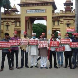 बुधवार को बीएचयू के लंका गेट पर प्रदर्शन करते समाजवादी छात्र संघ के छात्र
