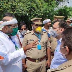 बाराबंकी में पुलिस के साथ नोकझोंक करते कांग्रेस प्रदेश अध्यक्ष अजय कुमार लल्लू