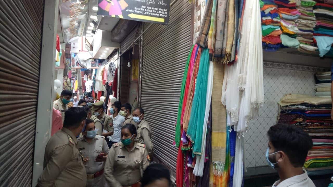 मेरठ के पैंठा बाजार में पुलिस बिना मास्क वालों पर सख्त होते हुए.