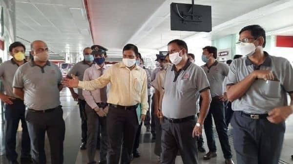 मेट्रो चलने से पहले तैयारियां का जायजा लेते हुए कुमार केशव.
