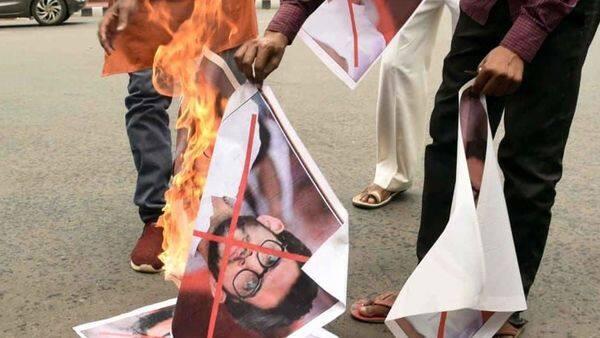 आदित्य ठाकरे के जलते हुए पोस्टर