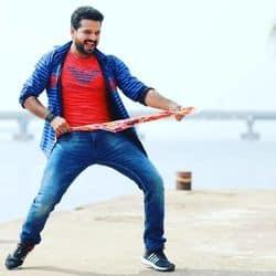 भोजपुरी गायक रितेश पांडे फिल्मों में एक्टिंग भी कर रहे हैं.