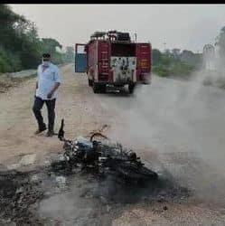 सड़क किनारे जल कर खाक हुई बाइक.