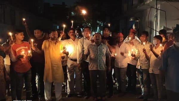 देश में रोजगार की मांग को लेकर युवा हर दिन परेशान हो रहे हैं जिस पर बुधवार को बत्ती गुल कर प्रदर्शन किया गया.