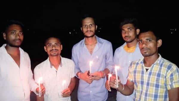 छात्रों ने मोमबत्ती जलाकर बेरोजगारी के खिलाफ विरोध जताया.