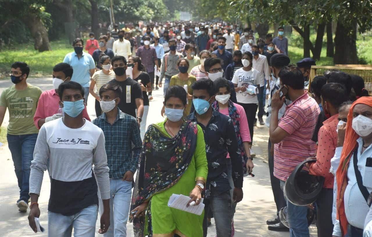 बीएचयू स्नातक की प्रवेश परीक्षा देकर बाहर निकलते अभ्यर्थी