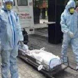 चंदन हॉस्पिटल में एक कोरोना संक्रमित की मौत के बाद 10 घंटे बीत जाने पर भी शव लेने कोई नहीं आ रहा है.