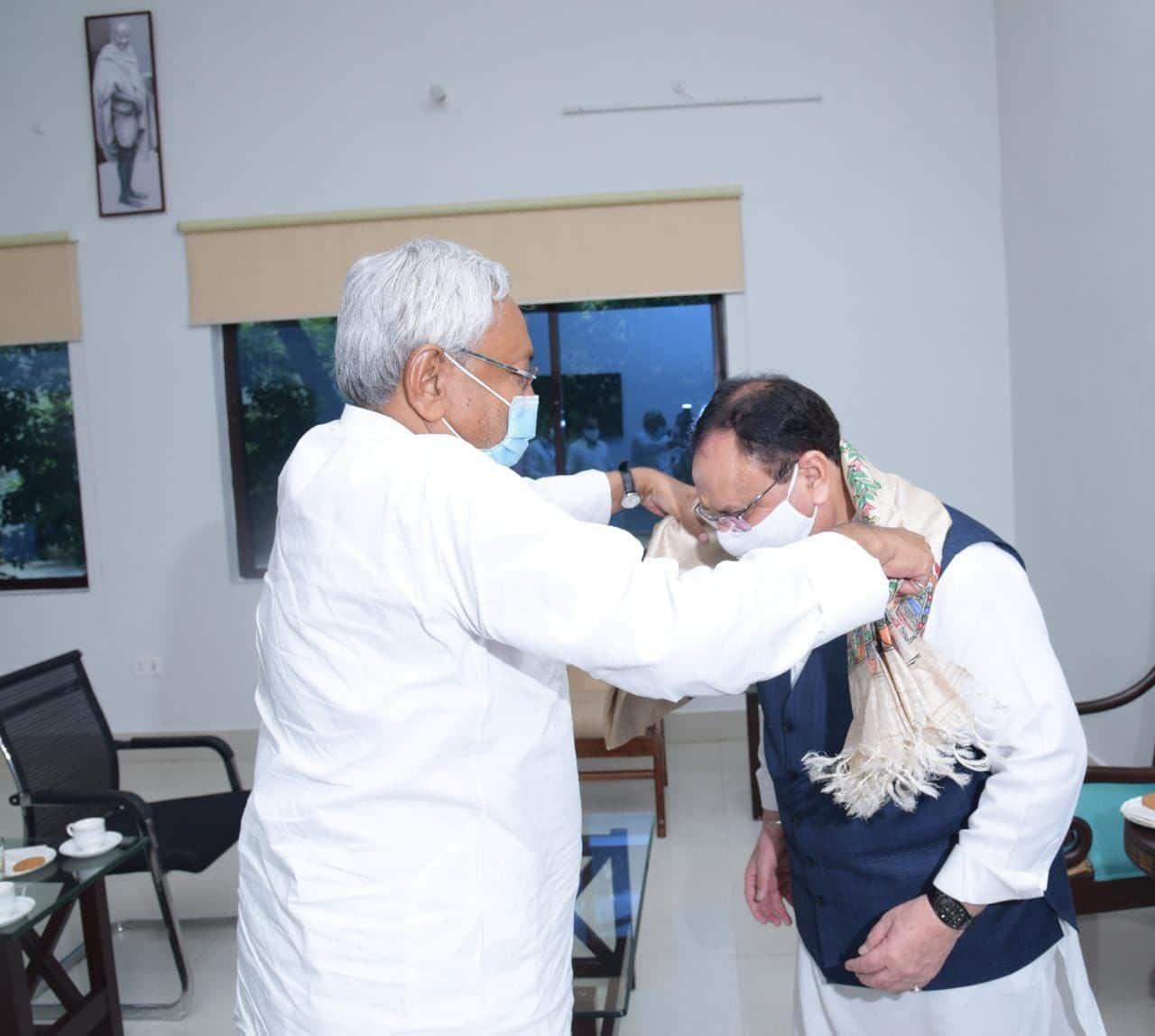 दो दिवसीय बिहार दौरे पर सीएस नीतीश कुमार से मुख्यमंत्री आवास पर मिलते बीजेपी अध्यक्ष जे पी नड्डा. मुख्यमंत्री ने अंग वस्त्रम् पहना कर स्वागत किया.
