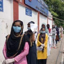 मेरठ में परीक्षा केन्द्र पर अंदर जाने के लिए सोशल डिस्टेंसिंग के साथ खड़े अभ्यार्थी.
