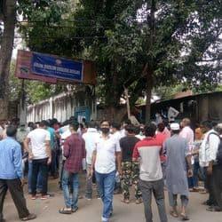 कानपुर के एक परीक्षा केंद्र के बाहर जमा भीड़