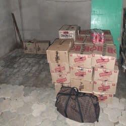 तस्कर के गोदाम में रखी शराब की पेटियां.