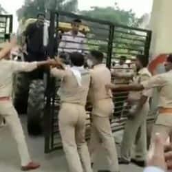 किसानों को रोकने का प्रयास करती पुलिस