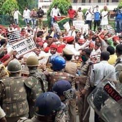 जिला मुख्यालय पर समाजवादी पार्टी के कार्यकर्ताओं बेरोजगारी और अपराध को लेकर किया विरोध प्रदर्शन.