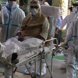 पूर्व मुख्यमंत्री कल्याण सिंह को यशोदा कौशांबी अस्पताल लाते चिकित्सा सहायककर्मी