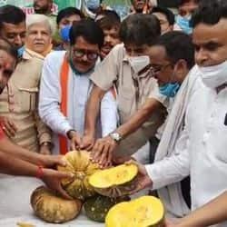 कांग्रेसियों ने कद्दू काट कर प्रदर्शन करने के साथ ही प्रधानमंत्री के खिलाफ नारेबाजी की