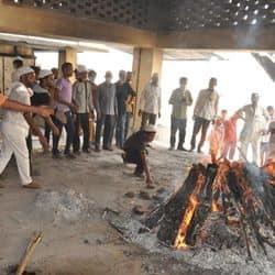 हिंदू डॉक्टर की अर्थी को राम नाम सत्य बोलते हुए श्मशान ले गए मुस्लिम भाई, दी मुखाग्नि