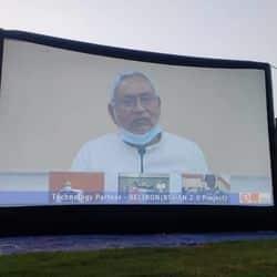 मेगा स्क्रीन पर बोलते नीतीश कुमार