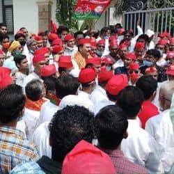 सदर तहसील पर प्रदर्शन के लिए जाते समाजवादी पार्टी कार्यकर्ताओं को रोकती पुलिस