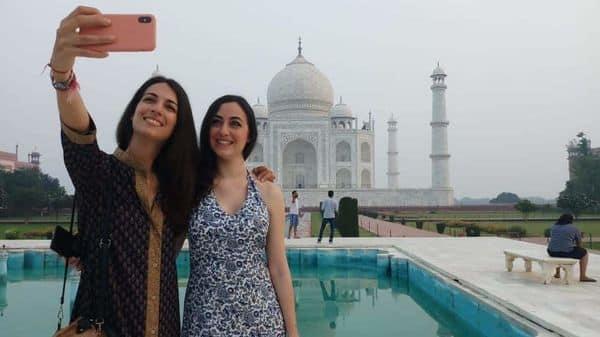 कोरोना लॉकडाउन के बाद अनलॉक में खुले ताजमहल का दीदार करने आई विदेशी युवतियां सेल्फी लेते हुए