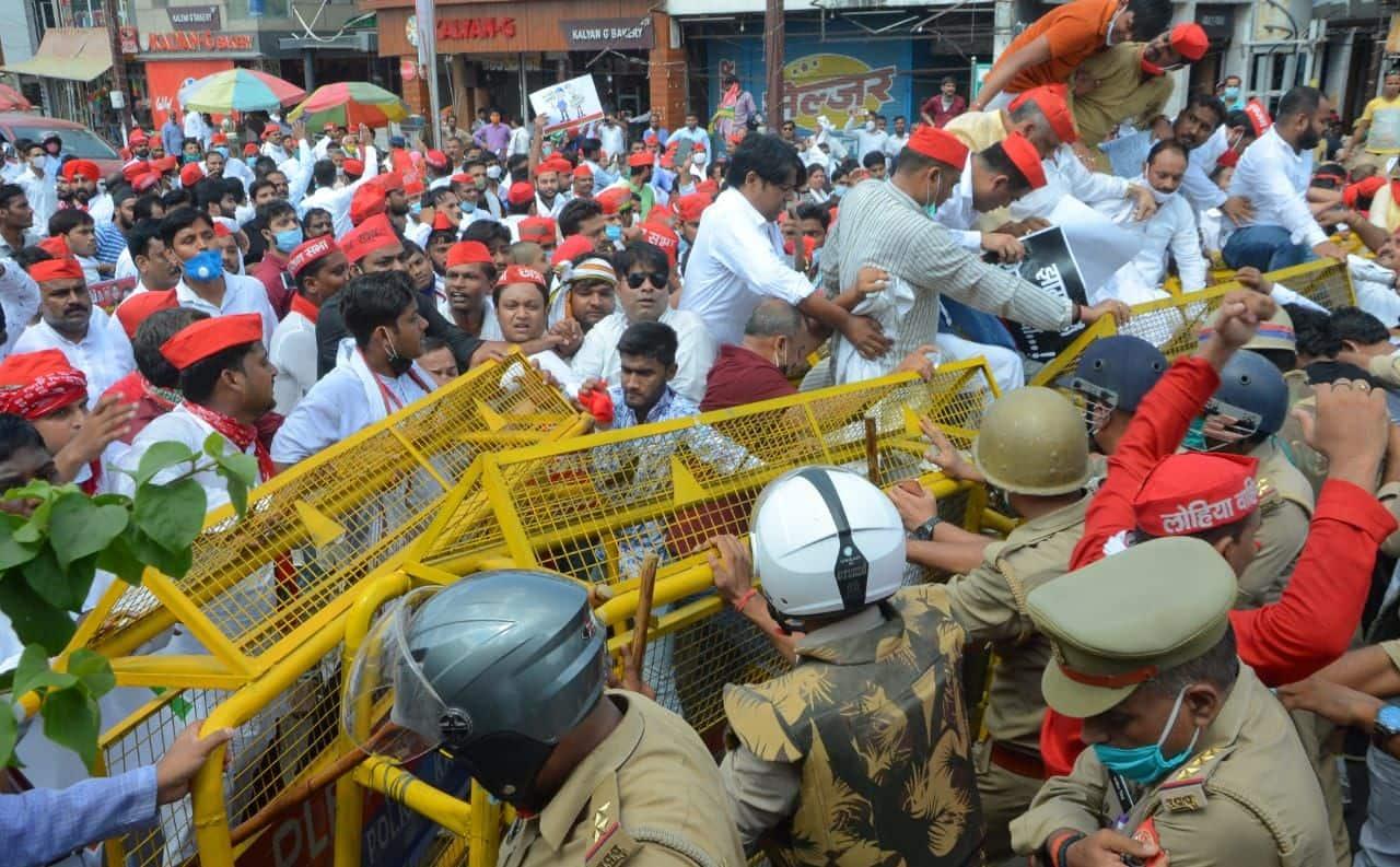 पुलिस के प्रयास के बाद भी सपा कार्यकर्ता बेरिकेटिंग तोड़कर निकल रहे हैं.
