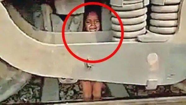 खेल-खेल में भाई ने तीन साल के मासूम को ट्रेन के आगे फेंका दिया.