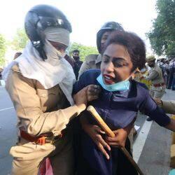 लखनऊ में हजरतगंज गांधी प्रतिमा पर मंगलवार को कांग्रेस कार्यकर्ताओं ने हथरस गैंग रेप के विरोध में जमकर प्रदर्शन किया.