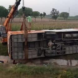 आगरा-लखनऊ एक्सप्रेसवे पर डिवाइडर तोड़कर खाई में गिरी बस, किसानों ने की मदद