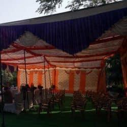 मेरठ के शहीद स्मारक पर गांधी जयंती मनाते चंद स्थानीय लोग