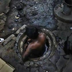 जयपुर की ज्वैलरी फैक्ट्री के सीवर की सफाई को उतरे सफाई कर्मचारियों में एक की मौत हो गई है जबकि तीन अस्पताल में भर्ती हैं. (प्रतीकात्मक फोटो)