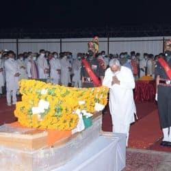 दिवंगत केंन्द्रीय मंत्री रामविलास पासवान को श्रद्धांजलि देते बिहार के मुख्यमंत्री नीतीश कुमार