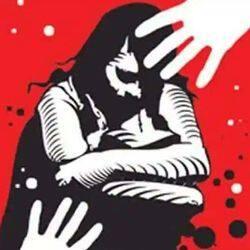 छेड़खानी का विरोध करने पर आरोपी ने महिला को अपने घर के अंदर खींचने की कोशिश की