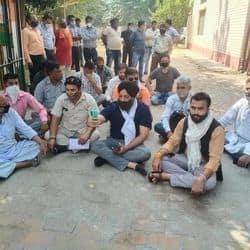 मेरठ में स्कूल खोले जाने पर अभिभावकों ने बेसिक शिक्षा अधिकारी कार्यालय के गेट पर धरना प्रदर्शन और जमकर नारेबाजी की.