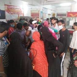 मेरठ के पोस्ट ऑफिस में आधार कार्ड अपडेट कराने के दौरान लोगों की भीड़ जुट गई.