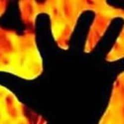 लखनऊ के हज़रतगंज में पुरे परिवार ने अपने आप को मिट्टी का तेल डालकर जलाने की कोशिश करी