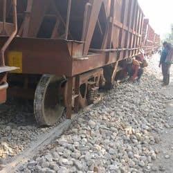 कानपुर-फर्रुखाबाद रेल रूट पर मालगाड़ी के चार पहिए पटरी से उतर गए.