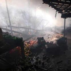 कानपुर: फल गोदाम में अचानक लगी भीषड़ आग, सामान जलकर राख.