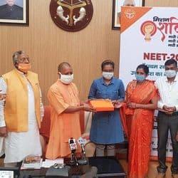 सीएम योगी नीट टॉपर कुशीनगर की अंकाक्षा को सम्मानित करते हुए