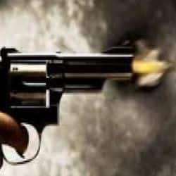 जयपुर के शाहपुरा इलाके में बदमाशों ने फायरिंग कर कारोबारी और उसके बेटे से लूट की