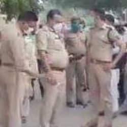 आगरा में बदमाशों का आतंक, दिनदहाड़े महिला की गोली मारकर हत्या ( मौके पर पहुंचे पुलिस अधिकारी)