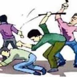 जमीन विवाद को लेकर एक महिला और उसके बेटों पर हमला किया