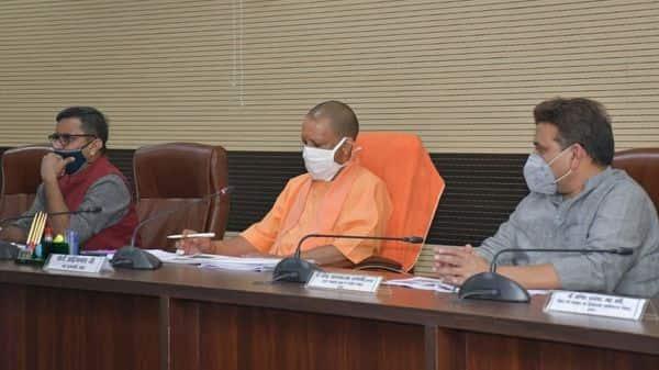 मुख्यमंत्री योगी आदित्यनाथ शनिवार को दो दिवसीय दौरे के लिए वाराणसी पहुंचे.