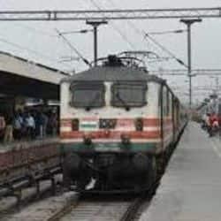मेरठ रेलवे स्टेशन पर केवल कर्मचारी दिखाई दे रहे , स्टेशन पड़ा खाली